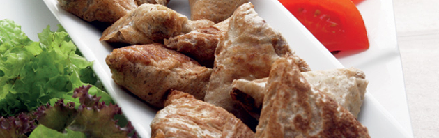 مثلثات الدجاج بخبز المرقوق
